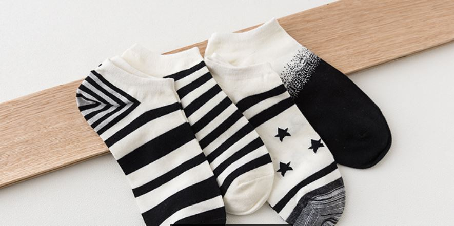 Caramella Unisex Socks black/ white Gift 4-Pack Awesome Happy pack